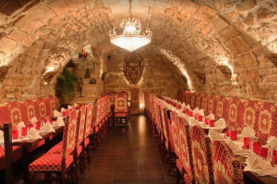 Grande cave voûtée médiévale pour groupe, page accès au restaurant