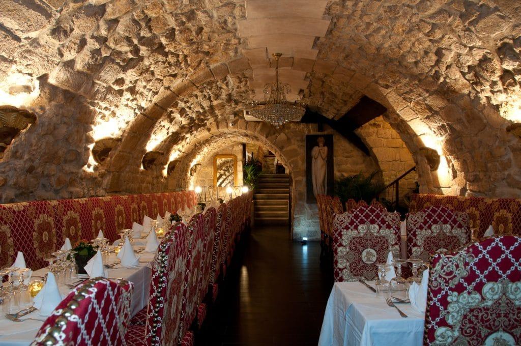 Grande cave voûtée médiévale Paris pour 100 personnes - restaurant groupe Paris pour soirée entreprise